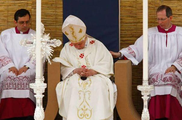 Benedict XVI asleep